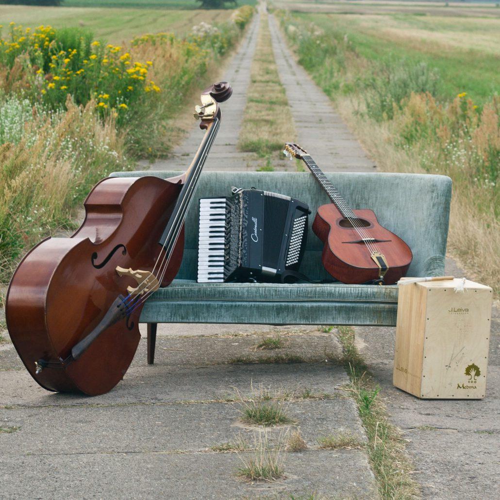 Instrumente auf dem Sofa